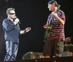 Bono lui donne sa guitare. Il écrit une chanson