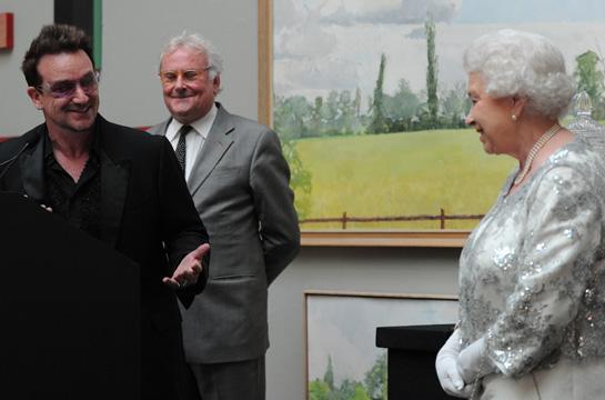 Bono complimente la reine d'Angleterre