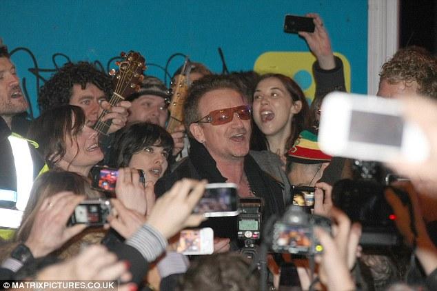 Bono chante pour les sans-abris dans Grafton street